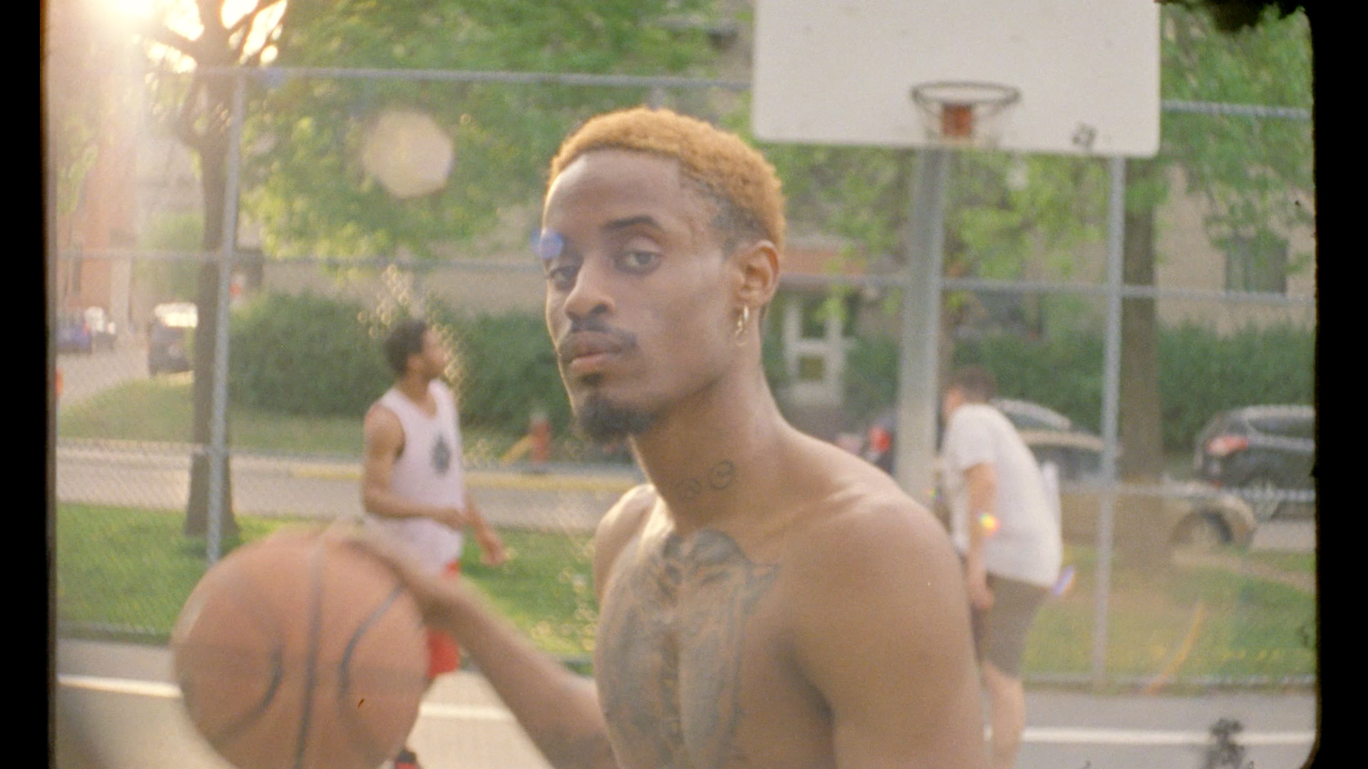 Nate Husser rap singer playing basketball in video La Beatmakerie filmed by Les Gamins