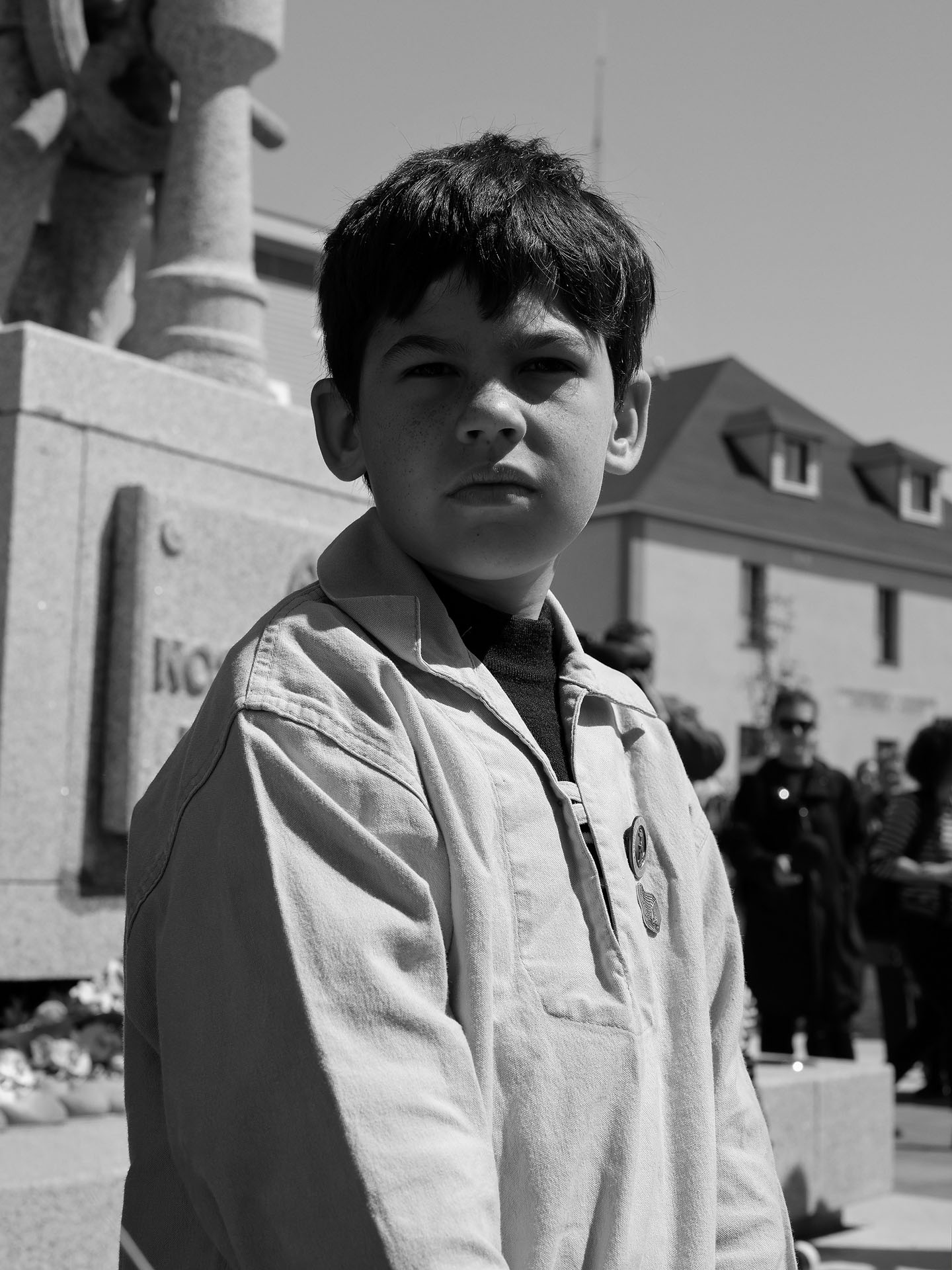 portrait of young boy with black hair in the sun in black and white by Guillaume Simoneau in Saint-Pierre-et-Miquelon for M le mag Le Monde